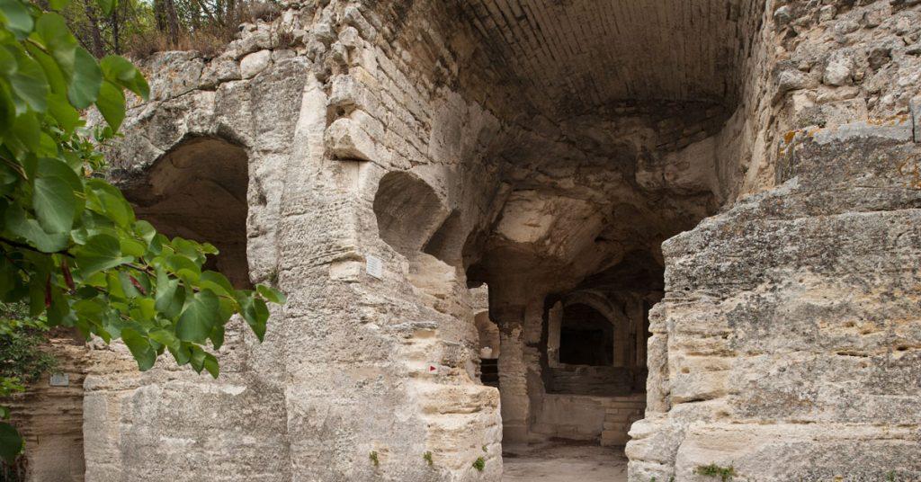 Les vestiges de l'Abbaye Troglodytique de Saint-Roman, entre garrigues et pinède